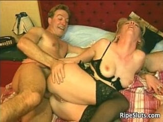 Slutty mature gets wet pussy